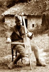 651583-francoois-gervais-avec-violoncelle-fabriqueu-dans-boite-de-munitions-coll-historial-de-la-grande-gue